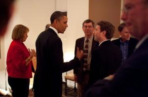 Obama saluda al co-fundador y CEO de Facebook, Mark Zuckerberg