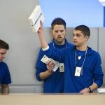 Apple le pide ideas a los empleados de sus tiendas para vender más iPhones
