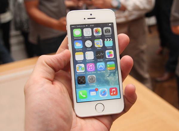 iPhone 5S en mano