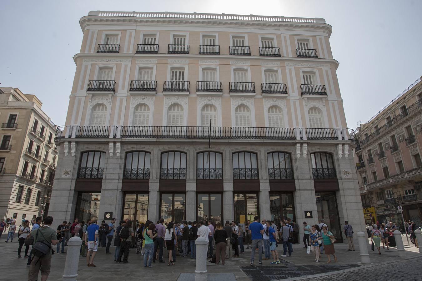 Apple inaugura su nueva tienda en la puerta del sol en for Edificio puerta real madrid