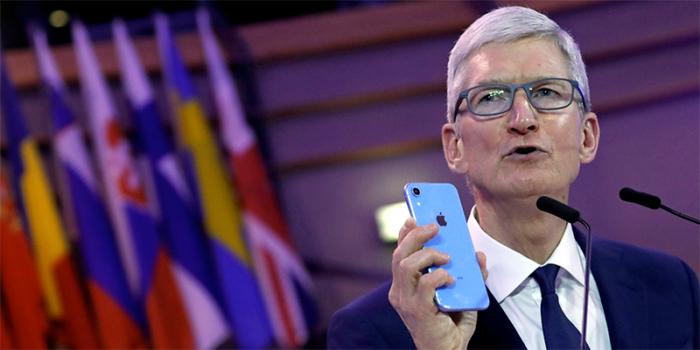 Tim Cook con iPhone SE